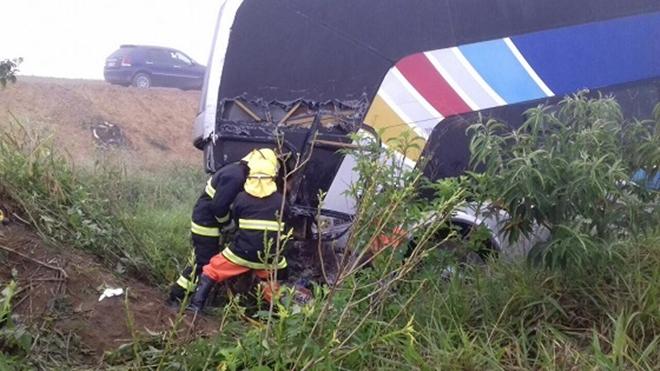 Colisão entre ônibus e van deixa feridos na BR-116, no Entroncamento de Jaguaquara