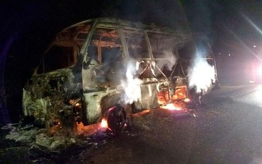 Micro-ônibus pega fogo na rodovia Ilhéus-Itacaré