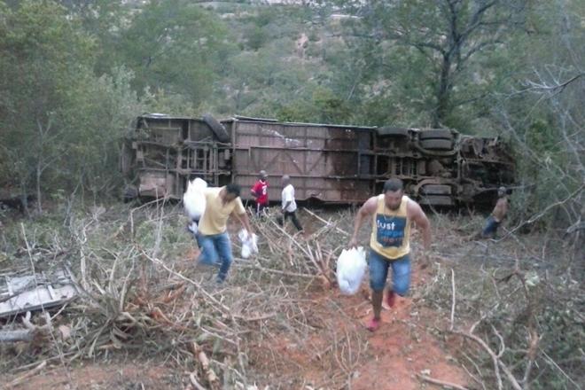 Anagé: ônibus da empresa Novo Horizonte cai em ribanceira