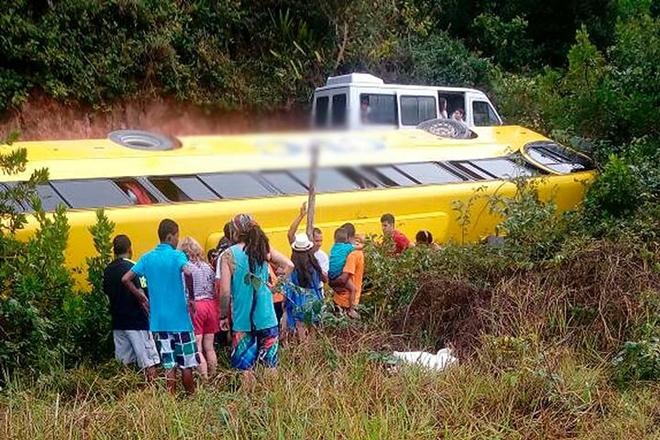 Ônibus com turistas tomba em Arraial D'Ajuda após pista ceder