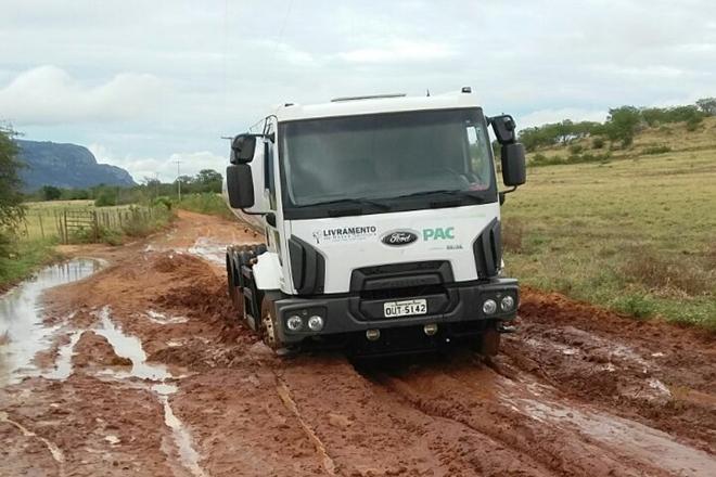 Livramento: Caminhões pipas atolam em lamaçal criado pela chuva no interior do município