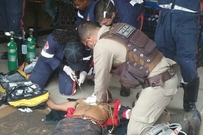 Idoso sofre parada cardíaca e é salvo por massagem de policial