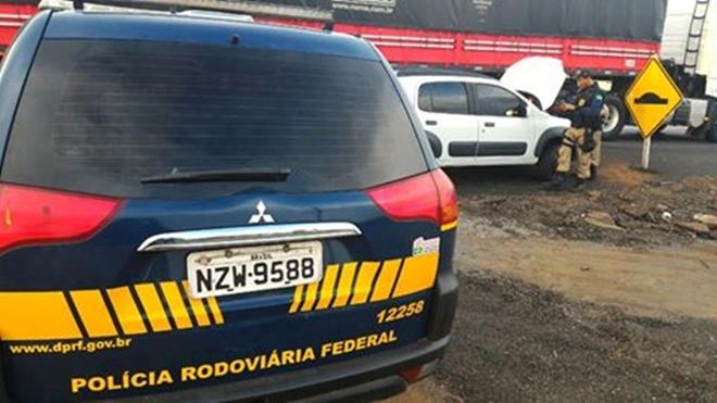 PRF recupera veículo roubado e apreende documentos falsificados em Oliveira dos Brejinhos