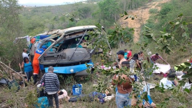Poções: Ônibus de turismo cai de ribanceira e deixa mortos e feridos na BR-116
