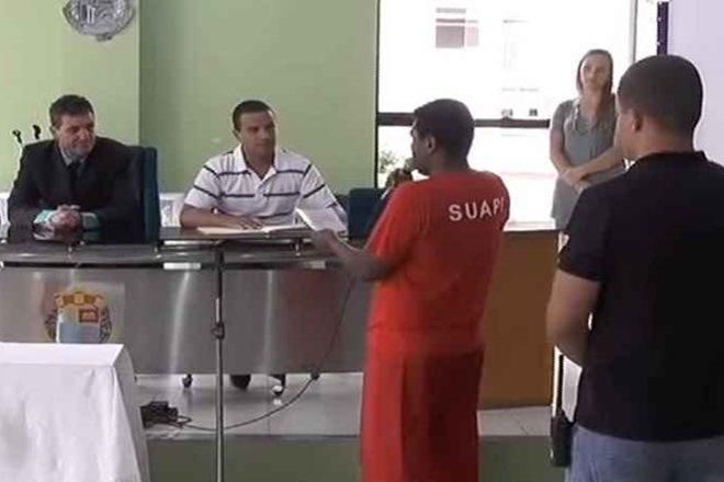 Sob escolta policial e algemado, preso toma posse como vereador e ganhará R$ 9 mil por mês