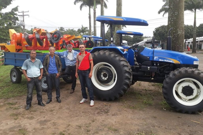 Luciano Ribeiro: Deputado entrega tratores agrícolas para os municípios de Guajeru e Licínio de Almeida