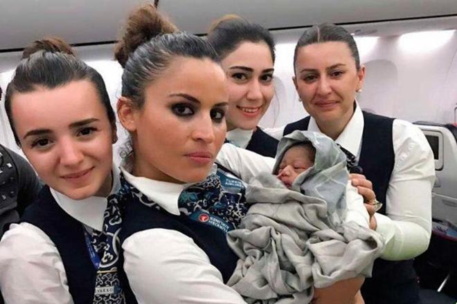 Mundo: Mulher dá à luz dentro de avião e tripulação ajuda no parto