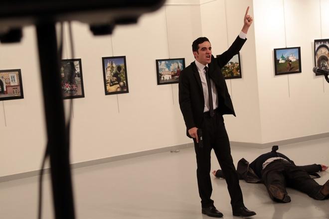 Giro pelo Mundo: Atirador mata embaixador da Rússia na Turquia