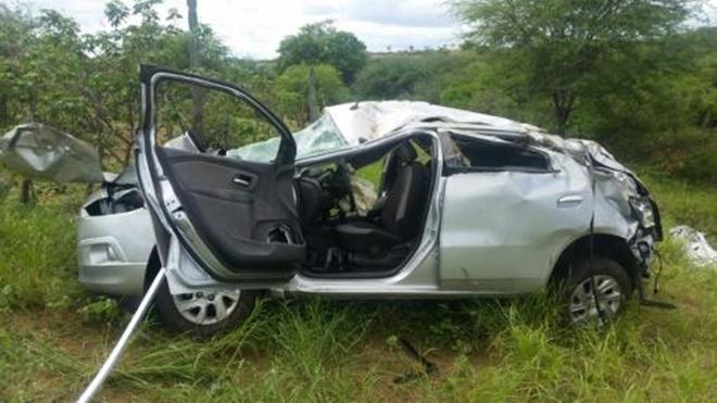 Carro que era ocupado por três pessoas capota no trecho entre Brumado e Sussuarana