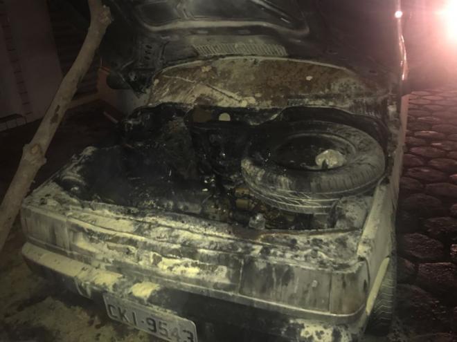 Livramento: Veículo sofre pane mecânica e pega fogo