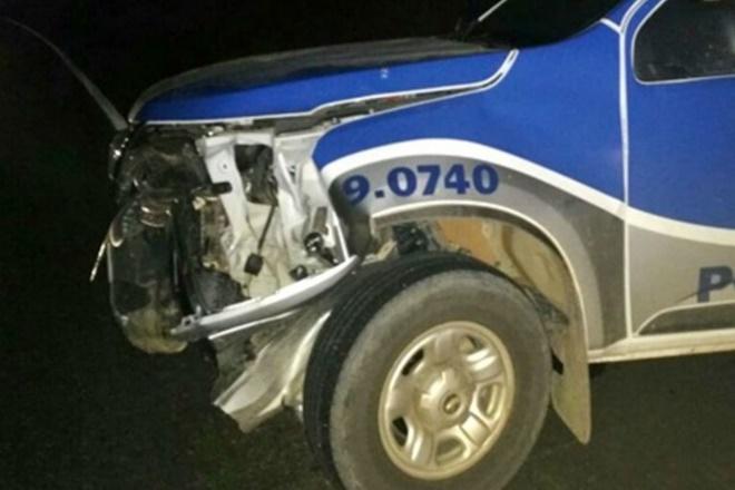Itabela: Grupo invade banco, rouba armas e lança carro contra viatura da PM